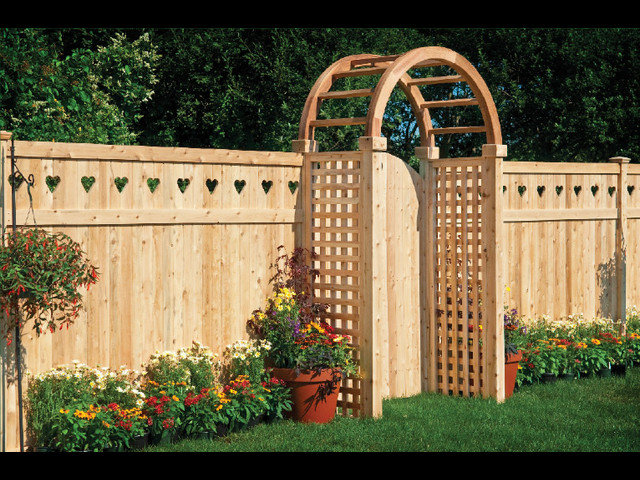 comparing the cost of vinyl and wood fencing
